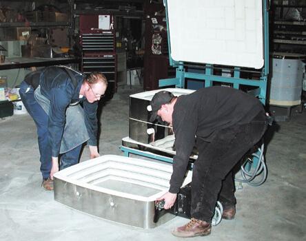 電気窯を分割組み立てをしている状況