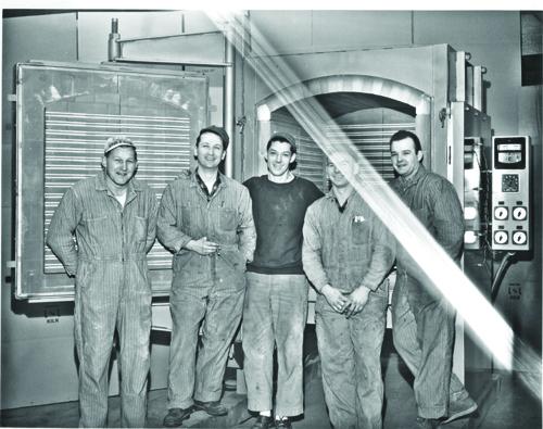1960年の横扉電気窯の前での写真